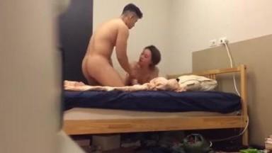 上海某健身会所帅气强壮的年轻教练又勾搭了2位漂亮气质美女家中啪啪,床要晃塌,干一个征服一个!